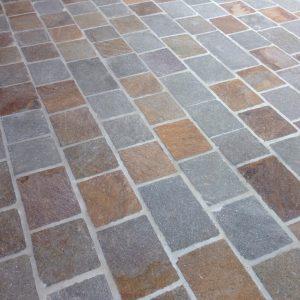 Pavimentazione per esterni pietra di luserna opera incerta o piastrelle segate ciottoli di - Piastrelle in porfido ...
