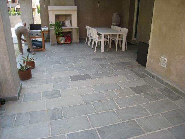 Pavimentazione per esterni pietra d 39 india grigia ciottoli di fiume srl - Piastrelle di pietra per esterni ...