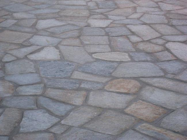 Pavimentazione per esterni pietra di luserna opera incerta o piastrelle segate ciottoli di - Progettazione esterni casa ...