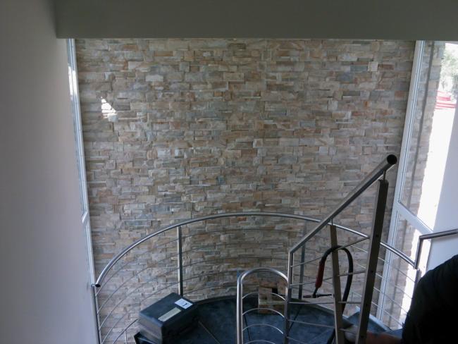 Rivestimento interno in pietra pavimentazioni per esterni ciottoli di fiume srl - Rivestimento parete interna ...